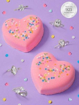 Charmed Aroma kula do kąpieli bomba z biżuterią Heart Confetti Serce - Pierścionek