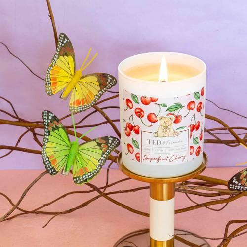 Ted & Friends sojowa świeca zapachowa w białym szkle 220 g - Superfruit Cherry